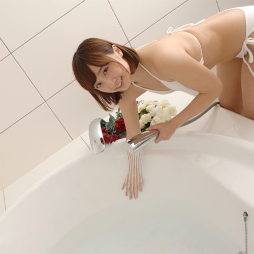 After drainage, many lotions remain in the bottom of a bath tub. Even though it is based on the capacity of a bath tub, it is many quantity of a lotion. Please keep in mind that it is very slippery. At the end, please rinse it with hotter water. It is good to wash, rubbing by hand, without using sponge etc.
