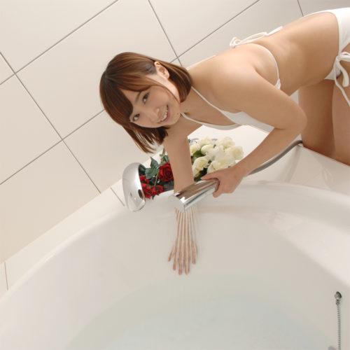 終わったら、熱めのシャワーで洗い流しましょう。もちろん、融解剤は不要です。滑りやすいので転倒にご注意を。