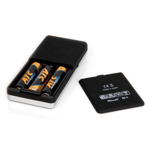 単三電池3本で駆動します。 R−1アタッチメントの多くは細かな表現から電池・モーターの限界点まで到達させるダイナミックな表現も得意とします。この高出力では電池の消耗が早くなり、電池性能が著しく低下するとコントローラーの操作が利かない状態となります。快適なご使用のため、早目の電池交換を推奨いたします。