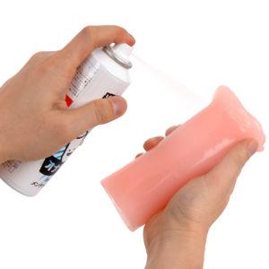 ご使用前に容器を上下によく振り、対象物から20cmほど離してからご使用下さい。 ※ホール洗浄後ご使用の場合は完全に乾いてからご利用下さい。 ※新品時でべたつきの酷いホールは予め洗浄後のご使用をお勧めします。 新品状態のままスプレーしますと油と粉末でダマになる事がございます。