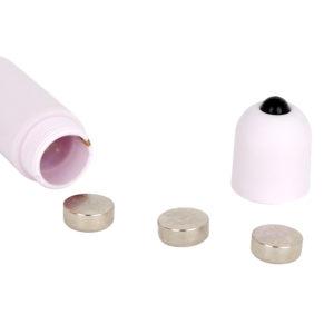 電源はLR44型ボタン電池×3個(付属)。初回使用時は内部の絶縁体を取ってからスイッチを入れてください。