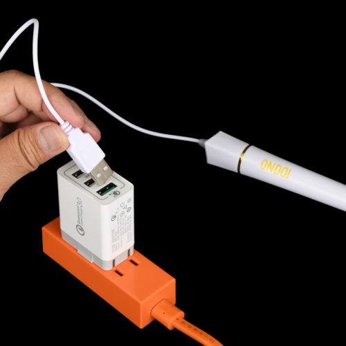 USB電源はパソコンかスマホ充電器のような変換アダプタを推奨。本体側に電源スイッチはありません。