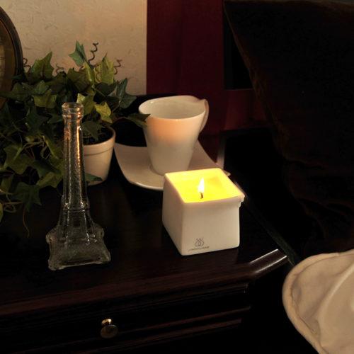 ベッドサイドに置けば、キャンドルライトがムーディな雰囲気を演出してくれます。