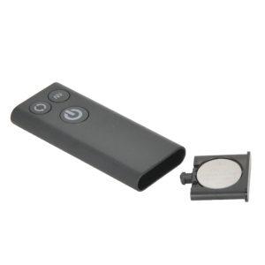 リモコン側の電源はCR2032型ボタン電池×1個(付属)。底部を押すと、電池ボックスがスライドします。リモコンの有効範囲は約10m!