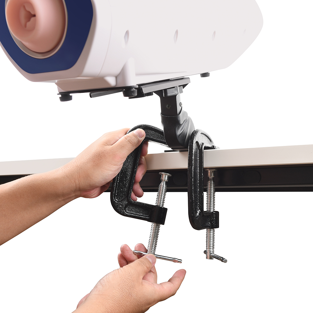 【使用手順2】マシンを載せた本体を、テーブルなどのお好きな位置に固定します。脚部のプレートを2つのクランプでシッカリ挟み、グラグラしないか入念に確認します。