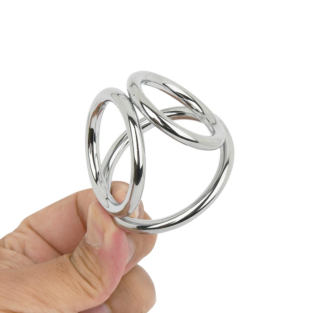 3つのリングが繋がった独特のフォルムは、まるで知恵の輪のよう。3輪ともすべて径が異なります。