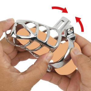 カバーに竿を入れ、開いたリングを根元で閉じます。リングの突起をカバーの穴に通したら、ベストな位置に調整します。