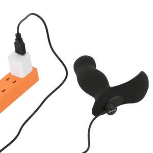 本体もマグネット接続のUSB充電式。フル充電までは約1.6時間、連続可動は約70分です。