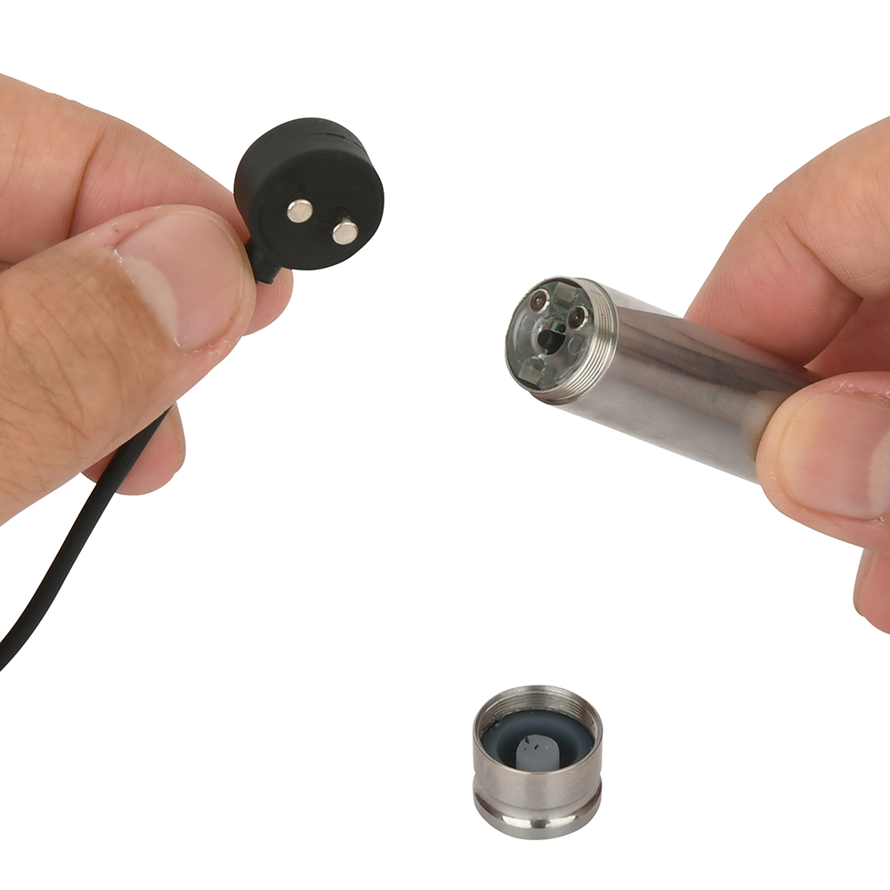 底部キャップを外して端子をマグネットケーブルと接続。正しい向きでないと通電しないので、ご注意ください。